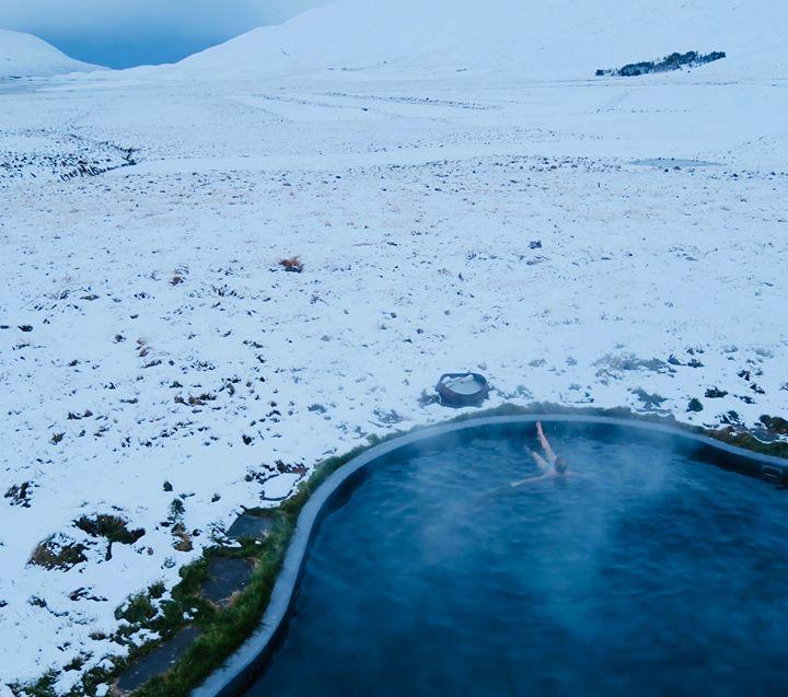 Le truc afin de pouvoir enfiler un maillot de bain dans une des vallées les plus enneigées et venteuses de la Planète, près du Cercle Arctique est sim…